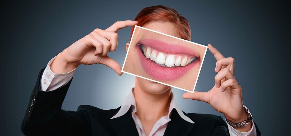 Mulher executiva sorrindo - carreira em odontologia